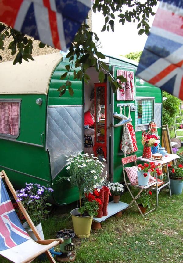 caravanes vintage lila sur sa terrasse. Black Bedroom Furniture Sets. Home Design Ideas