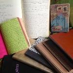Photo des carnets d'écriture de Frédérique Deghelt posés sur une table