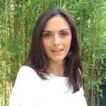 Portrait photo de Sophie Henrionnet devant une haie de bambous