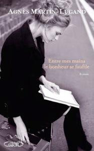 Couverture du roman Entre mes mains le bonheur se faufile par Agnès Martin Lugand