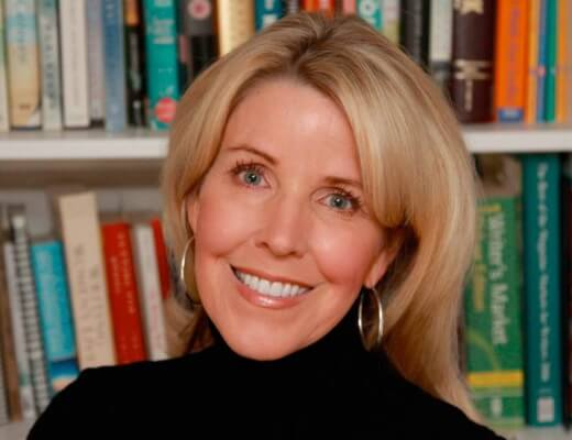 Portrait photo de Lori Nelson Spielman devant des rayonnages de livres
