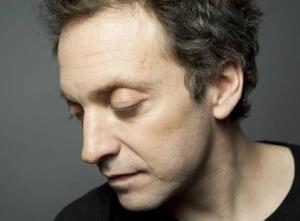 ortrait photo de Mathieu Boogaerts par Thibault Montamat l'artiste posant de profil les yeux baissés