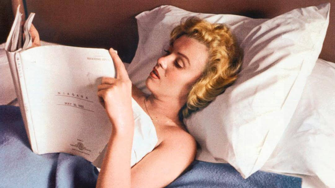 Photo de Marilyn Monroe lisant un script