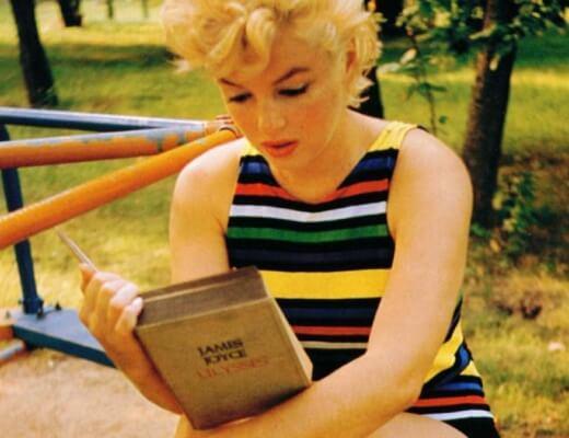 Photo de Marilyn Monroe lisant Ulysse de James Joyce dans un jardin d'enfants
