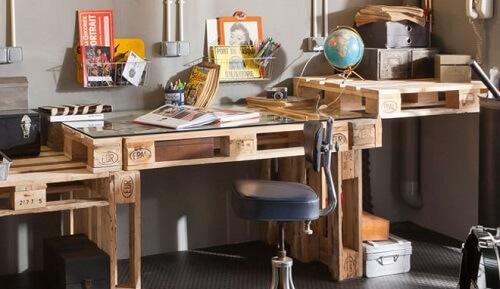 Petits meubles en palettes de r cup 39 lila sur sa terrasse - Bureau en palette de bois ...