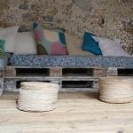 Photo d'un canapé en palettes cérusées avec des coussins