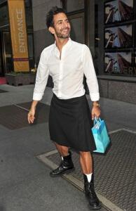 Photo de Marc Jacobs posant en jupe dans la rue