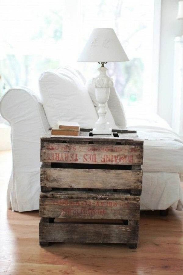 une petite table dappoint pour poser lampe livres verres trs chic en toute simplicit - Meubles En Palettes De Recup