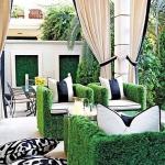 Photo d'un salon de jardin en palettes avec habillage faux gazon