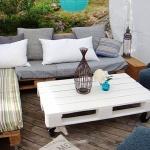 Photo d'un salon de jardin en palettes sur roulettes