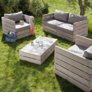 Photo d'un salon de jardin en palettes sur une pelouse