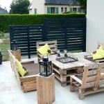 Photo d'un salon de jardin en palettes sur une terrasse béton