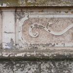 Photo de détail de peinture écaillée sur une façade